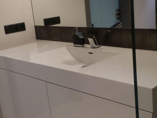 Łazienka z blatem i umywalką z kompozytu